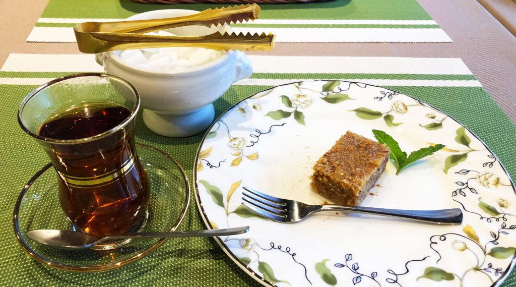 トルコ料理アセナのデザートとチャイ